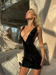 Лакована сукня з глубоким декольте